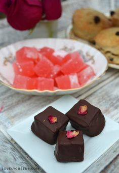 Sweet and soft rose candy coated in melted dark chocolate and topped with rose petals. How To Make Chocolate, Homemade Chocolate, Chocolate Recipes, Yummy Treats, Sweet Treats, Butter Mints, Marijuana Recipes, Artisan Chocolate, Turkish Delight