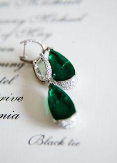 Green wedding jewelry idea; Photo: Samuel Lippke Studios