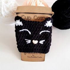 Taza de gato Acogedor Happy Black Cat reutilizable manga de | Etsy Crochet Coffee Cozy, Crochet Cozy, Love Crochet, Crochet Gifts, Crochet Yarn, Crochet Christmas Decorations, Crochet Kitchen, Crochet Stitches Patterns, Crochet Projects