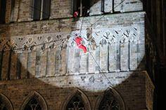 De kerstmannen glijden naar beneden (boven), al loopt dat voor een van hen niet van een leien dakje (rechts). Deze onfortuinlijke kerstman 'klom' dan maar richting begane grond.-Eric Flamand