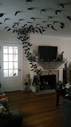 33 Halloween Decorations That Will Remind You You're Already Late Diy diy halloween crafts Soirée Halloween, Adornos Halloween, Cheap Halloween Costumes, Holidays Halloween, Halloween Fireplace, Halloween Makeup, Halloween Party Ideas, Diy Halloween Ravens, Diy Halloween Haunted House Ideas