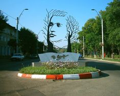 Grigorescu - Monument to national poet, Mihai Eminescu, in Onesti, Romania Sculpture Art, Garden Sculpture, Famous Sculptures, Image Form, Illusion Art, Street Art Graffiti, Stone Carving, Tree Art, Garden Art