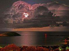 Nuage incandescent 28 mai 2008, dans l'Etat australien de la Nouvelle-Galles du Sud : un éclair se produit au c½ur d'un imposant cumulus. (F Redward/Newspix/REX/SIPA)