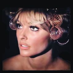 Stunning in rollers. Vintage Hollywood, Hollywood Glamour, Classic Hollywood, Sleep In Hair Rollers, Roman Polanski, Sharon Tate, Marilyn Monroe Photos, Roller Set, Vintage Glamour