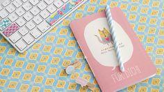 Hübsche Karten sind zum Wegwerfen meist viel zu schade. Patricia Morgenthaler hat eine neue Verwendung dafür gefunden und gestaltet sie einfach zu einem schönen Notizbuch um.