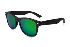 Occhiali da sole polarizzati:  SLANG / BLACK ALIEN di Slash Sunglasses   http://www.slashsunglasses.com/shop/slang/slang-black-alien.html