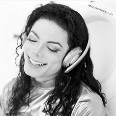 O clip Scream, de Michael Jackson, feito em 1995, foi o mais caro da história. Com uma super produção, e efeitos especiais fantásticos para a época, que surpreendem até hoje, o clip custou 7 milhões de dólares. Esse é o Michael, quebrando todos os recordes! #michaeljackson#kingofpop#music#dance#good#legend#swag#instagood#instalike#like4like#life#instacool#instapic#lifestyle#happy#peace#goiania #brasil #brazil #amor#amigos #beautiful #boanoite #calor #rei #musica#dança#love #sorriso #smile