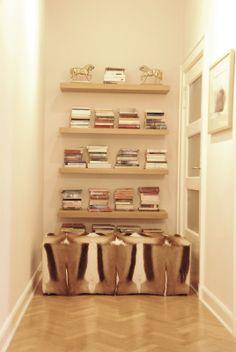 I like this kind of bookshelf. No need to turn the head to one side. ;)