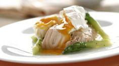 Espárragos con salmón y huevo escalfado