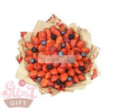 """Букет из ягод """"Сладкая любовь"""" - Фруктовые букеты на 8 марта   Подарки на 8 марта - sweetgift.ru"""