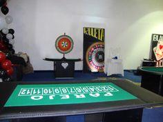 """Escenas de nuestro Casino de Fantasía con el juego de """"Parejo"""" al frente y la """"Wheel of Fortune"""" al fondo."""