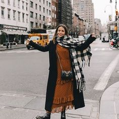 Sara Escudero (@collagevintage) • Fotos y videos de Instagram Latest Winter Fashion, Spring Fashion, Warm Outfits, Cool Outfits, Last Day Of Winter, Collage Vintage, Winter Looks, Kimono Top, Polka Dots