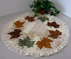 Freemotion by the River: Maple Leaf Centerpiece Tutorial + Giveaway Freemotion am Fluss: Maple Leaf Center Tutorial + Gewinnspiel Table Runner And Placemats, Table Runner Pattern, Quilted Table Runners, Fall Crafts, Diy Crafts, Maple Leaf, Fall Sewing, Quilted Table Toppers, Halloween Quilts