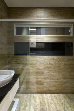 Modernes Bad Fliesen Holz Optik Duschbereich Glaswand