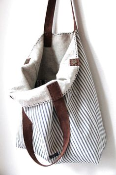 Overall Tote Antique Ticking Stripe Cotton Irish di rizomdesigns striped canvas shoulder bag with natural canvas lining and leather handles Need a new fall tote! Leather strap would be good too. No instructions but easy enough to make My Bags, Purses And Bags, Ticking Stripe, Linen Bag, Denim Bag, Fabric Bags, Cute Bags, Handmade Bags, Beautiful Bags