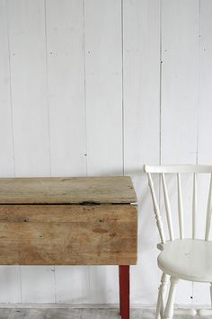 Uula Farfoil wit, als mat witte afwerking op houten wand binnen