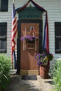 Love this Americana door decor. Primitive Homes, Primitive Decor, Prim Decor, Porch Doors, Front Doors, Independence Day, American Independence, Great Wall Of China, American Spirit