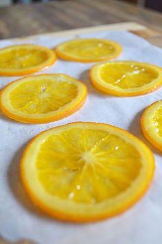 faire confire des rondelles d'agrumes Easy Cake Recipes, Fruit Recipes, Fruit Confit, Candied Orange Slices, Orange Confit, 60th Birthday Cakes, Diy Birthday, Fruit Crumble, Sweet Cooking
