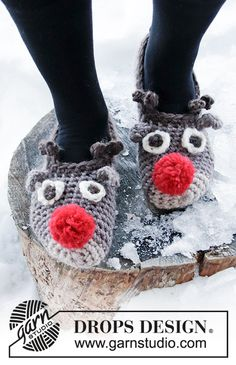 The Rudolphs - Crocheted slippers in DROPS Eskimo. Slippers with reindeer heads and pom poms. - Free pattern by DROPS Design Drops Design, Crochet Gratis, Crochet Slippers, Free Crochet, Crochet Christmas Stocking Pattern, Crochet Christmas Trees, Christmas Patterns, Knitting Patterns Free, Crochet Patterns