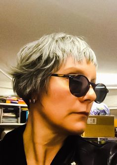 Natural smart short gray hair for fifties by Chroma hair concept Rome