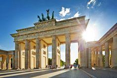 La cuádriga de la #PuertaDeBrandenburgo de #Berlín estuvo retenida por Napoleón en #París varios años. http://www.viajaraberlin.com/?page=mitte.php