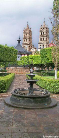 Esta es una plaza. La plaza es desde Morelia que es en México. En la foto una fuente mostra, pero un otro antiguo edificio está en la plaza misma. También los árboles pintan blanca en sus mitades inferior.