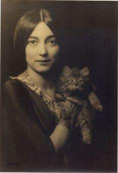 Rosa Covarrubias con gato