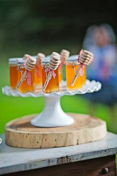 small jars of honey as wedding favor to guests by Greyson Design #weddingfavor #diy #weddinginspiration http://greysondesign.blogspot.com/
