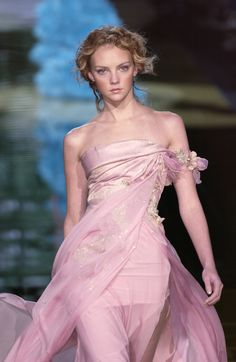 Elie Saab at Couture Spring 2006 - StyleBistro Pink Fashion, Fashion Show, Fashion Outfits, Fashion Today, Women's Fashion, Dressy Dresses, Strapless Dress Formal, Beautiful Gowns, Beautiful Outfits