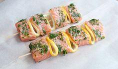 Deze zalmspiezen met dille en citroen zijn lekker fris. Lekker op de (houtskool)barbecue, of bij minder mooi weer, gewoon in de oven.