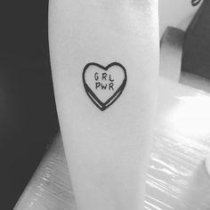 Rolou agora: GRL PWR!. Ainda tem flashes da promoção dos R$60.  Agendamentos por DM ou inbox. #tattooapprentice #tattooporelas #tattoodasminas #feministtattoo #riotgirls #blackwork #boldline