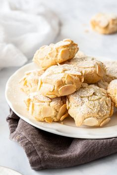 keto cookie recipes Learn how to many these easy five ingredient Almond Cookies. Both Gluten and Dairy-Free. They have a delicious chewy consistency and make a fantastic edible gi Gluten Free Almond Cookies, Gluten Free Baking, Gluten Free Desserts, Easy Cookie Recipes, Sweet Recipes, Dessert Recipes, Cookie Ideas, Ensalada Thai, Chocolate Chip Shortbread Cookies