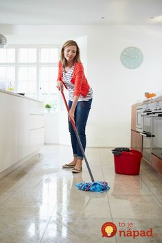 The Mommy Envy Spring Cleaning Series. The best tips for cleaning floors! Hardwood floors are not hard to maintain if done the right way! best frugal tips Speed Cleaning, Household Cleaning Tips, House Cleaning Tips, Diy Cleaning Products, Cleaning Solutions, Spring Cleaning, Cleaning Hacks, Homemade Products, Cleaning Supplies