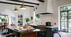 Bom dia!   Essa cozinha tradicional foi remodelada, e a casa fica dentro de um condomínio estilo Mediterrâneo, construído em 1926.  A sens...