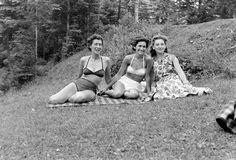 A hatvanas évek eleje a molett nőknek kedvezett, hálás divatműfajjá vált ugyanis az ingruha. A divat szellemiségéhez hozzátartozik, hogy a hölgyek göndör fürtjeit felváltja az egyenes, tupírozott frizura. A hatvanas évek második fele a mini szoknya korszaka, ugyanakkor divat a nadrágszoknya, és nadrágkosztüm is.