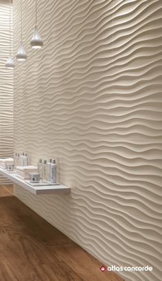 Alluring and natural traces. Sinuous motion and natural shade for an atmosphere of wellness and relaxation. Perfect for damp areas, the three-dimensional ceramic walls are resistant to water and vapour. | 3D WALL DESIGN | atlasconcorde.com