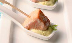 Espetinho de atum com maionese de wasabi