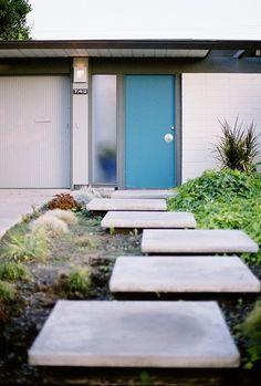 Eichler homes – Orange California – modern landscape design front yard Maison Eichler, Eichler Haus, Mid Century Modern Door, Mid Century House, House Design Photos, Home Design, Design Ideas, Exterior Paint, Exterior Design
