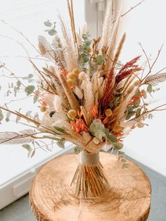 Large bouquet of dried flowers with various natural materials, here with some red accents. Dried Flower Bouquet, Flower Bouquet Wedding, Dried Flowers, Floral Wedding, Butterfly Wallpaper Iphone, Never Getting Married, Deco Floral, All Flowers, Floral Bouquets