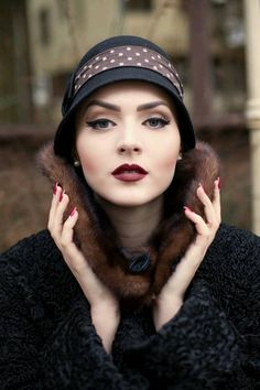 Vintage Makeup Idda van Munster: Dark Flapper Look by Nina and Muna Great Gatsby Makeup, 1920s Makeup Gatsby, Roaring 20s Makeup, 1920s Inspired Makeup, 1920 Makeup, 1920s Hair, 1920s Flapper, Flapper Style, Flapper Makeup