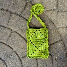 Crochet this pretty little pouch if you like to travel lightly...like having an extra pocket. Free pattern.