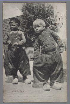 Portret van twee jongetjes in dracht aan de Dijk te Volendam. 1910-1918 #NoordHolland #Volendam
