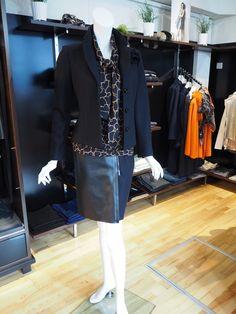 Blazer aus Schurwolle von Marc Cain, Shirt mit Seidenschal von Marc Cain, Rock mit Materialmix von Marc Cain #itsfashion #outfit #marccain