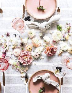 Une décoration de table d'été féminine grâce aux fleurs coupées