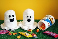 Free Crochet Pattern: How to turn a Yoplait cup into a cute, ghoulish ghost candy container!