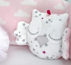 Little owl cushion white and pink with grey stars Unicorn Pillow, Owl Pillow, Baby Pillows, Sewing Toys, Baby Sewing, Owl Sewing, Nurse Decor, Owl Cushion, Cot Bumper