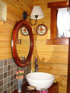 Baño con paredes de madera, recubiertas con ceramicos. Cualquier opción de decoración le está permitida. Mas detalles en nuestra pag. web: casadetroncos.com