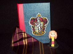 Encadernação #11: Grifinória Costura copta, capa bordada. Harry Potter, jeans, Expresso Rosa, encadernação, Potter Club BH, Cia do Ponto. Bookbinding, Gryffindor.