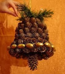 Znalezione obrazy dla zapytania stroiki wielkanocne z papierowej wikliny Christmas Holidays, Christmas Crafts, Christmas Tree, Pine Cone Crafts, Types Of Craft, Pine Cones, Holiday Decor, Mussels, Advent