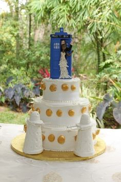 Pin this on my wedding board or doctor who board?doctor who it is! Geek Wedding, Our Wedding, Dream Wedding, Perfect Wedding, Dalek Cake, Doctor Who Cakes, Doctor Who Wedding, Themed Wedding Cakes, Fandom